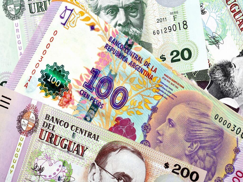 ¿Cómo pasar pesos argentinos a uruguayos?
